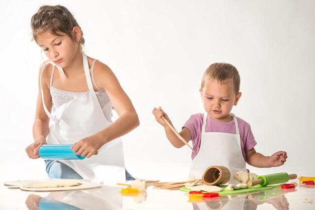 Mignons petits enfants en costume de cuisinier