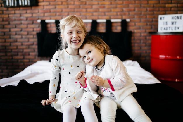 Mignons petits enfants jouent ensemble