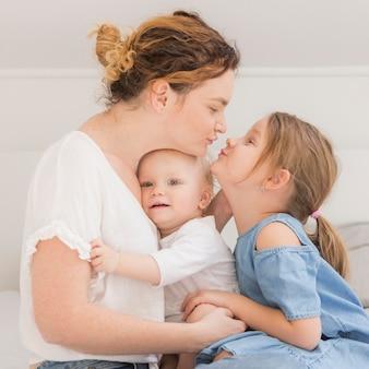 Mignons petits enfants profitant du temps avec la mère