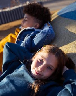 Mignons petits enfants se détendre sur l'aire de jeux