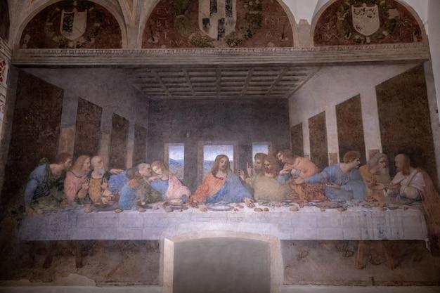 Milan, italie - 27 juin 2018 : intérieur du réfectoire du couvent santa maria delle grazie (sainte marie de grâce), sur la murale de la dernière cène de léonard de vinci