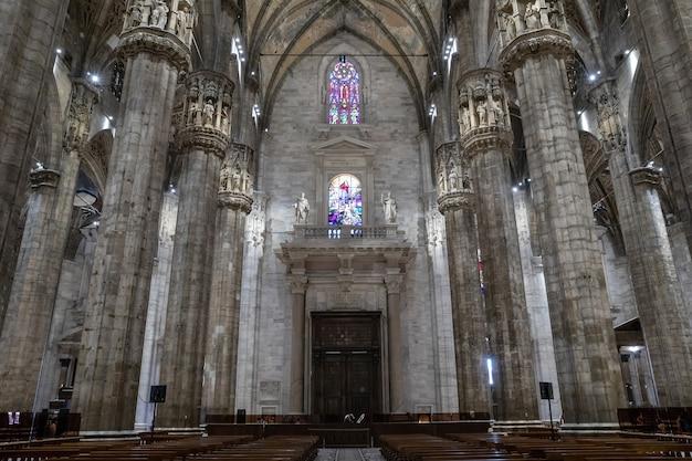 Milan, italie - 27 juin 2018 : vue panoramique de l'intérieur de la cathédrale de milan (duomo di milano) est l'église cathédrale de milan. dédié à sainte marie de la nativité, il est le siège de l'archevêque de milan