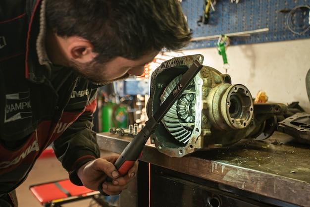 Milan, italie 28 mars 2021 : le mécanicien répare la boîte de vitesses