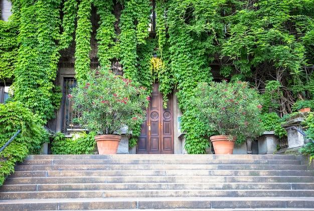 Milan, italie - circa aot 2020 - intégration de la nature et de l'immobilier sur cet ancien bâtiment italien
