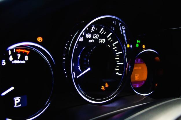 Miles de voiture ou compteur de vitesse sur le tableau de bord.
