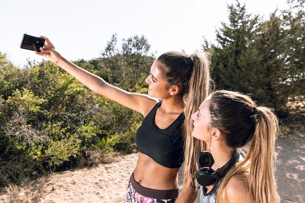 Milieu des amis sportifs prenant un selfie