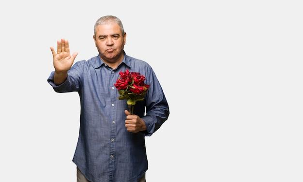 Milieu, homme, célébrer, saint valentin, mettre, main devant