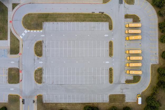 Milieu de la journée sur les autobus scolaires jaunes garés près du lycée