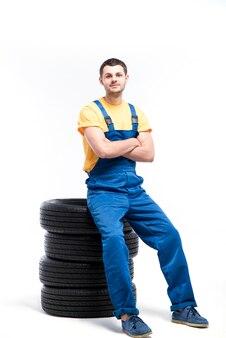 Militaire assis sur des pneus, fond blanc