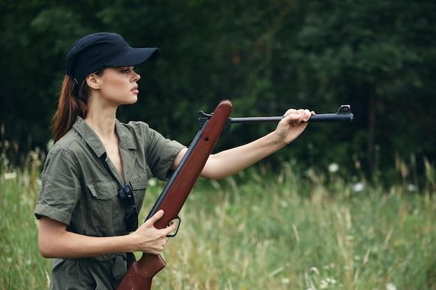 Militaire, femme, rechargement, pistolet, vue côté, armes, gros plan
