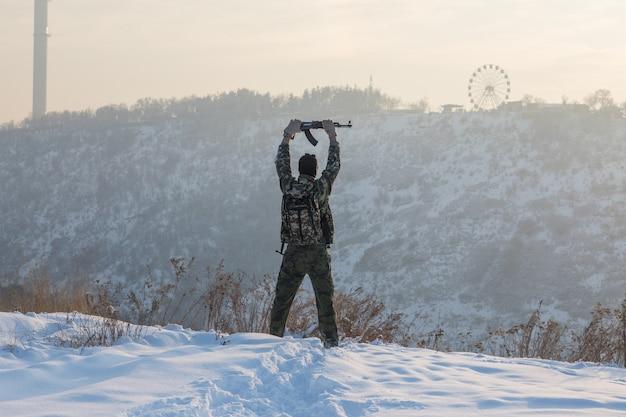 Militaire en hiver dans les montagnes