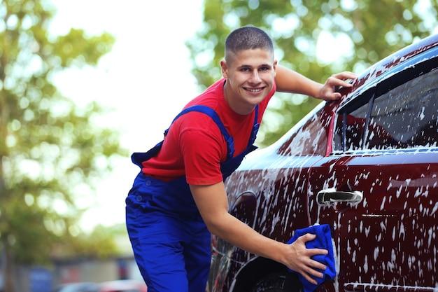 Militaire lavant une voiture