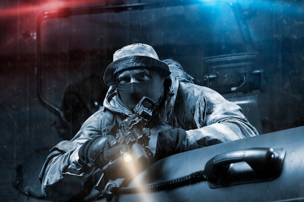 Un militaire en pleines munitions de combat suit un braconnier dans un bateau avec un clignotant. concept de vol, de piraterie, de braconnage, de trafic d'êtres humains et de drogue. technique mixte