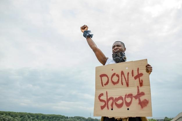 Un militant afro-américain est sorti pour soutenir les droits des noirs aux états-unis