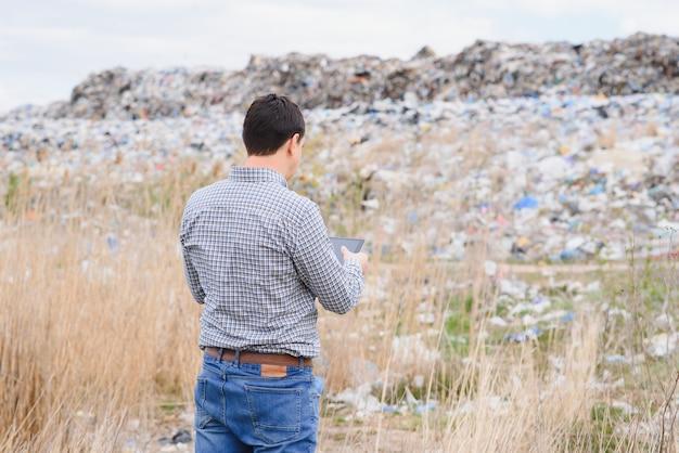 Militant environnemental près de la décharge