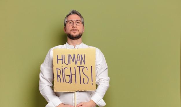 Militant de l'homme d'âge moyen. concept des droits de l'homme