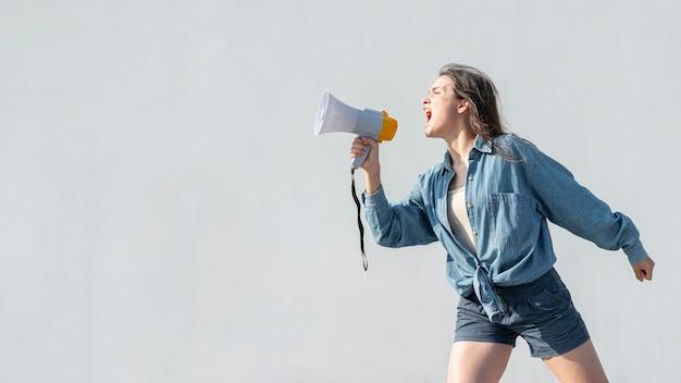 Un militant avec un mégaphone criant lors d'une manifestation