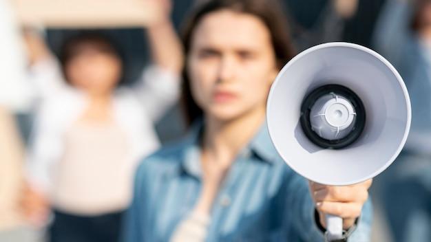 Une militante qui protestait avec un mégaphone