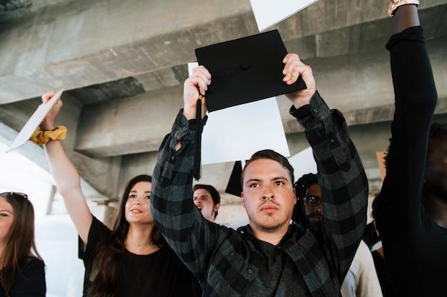 Des militants en colère manifestent dans une ville