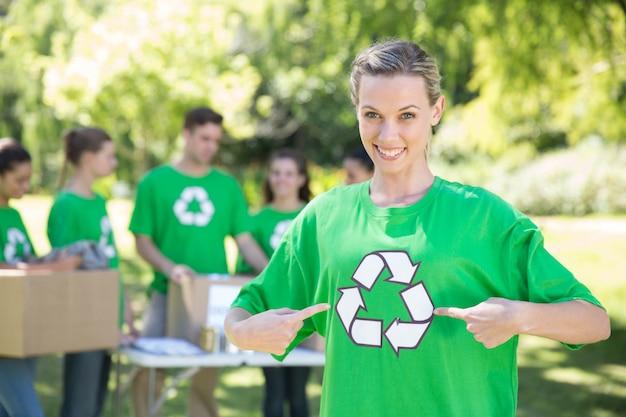 Des militants écologistes heureux dans le parc