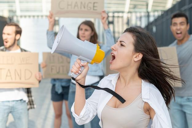 Des militants manifestent ensemble pour la paix