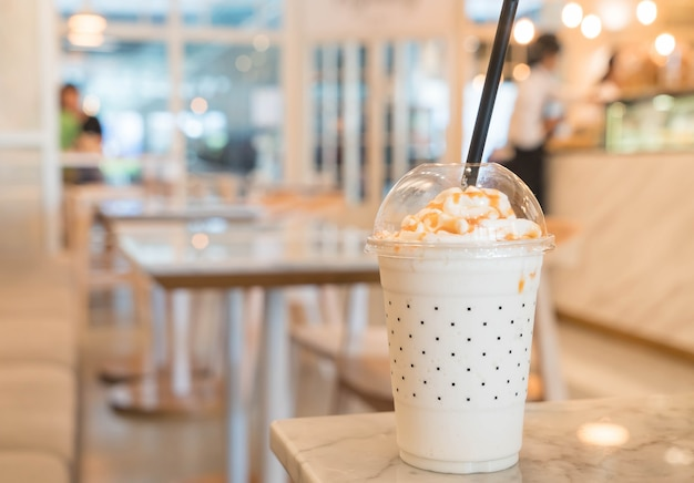 Milk-shake au caramel sur la table