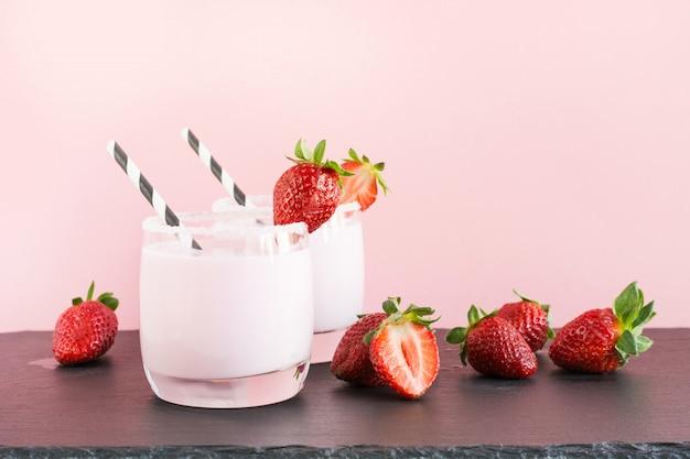 Milk-shake aux fraises sur rose.