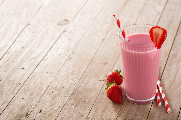 Milk-shake aux fraises en verre sur table en bois