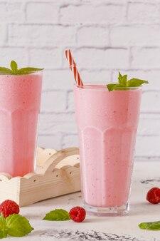 Milk-shake aux framboises à la menthe et pailles.