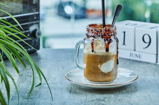 Milk-shake inachevé au chocolat sur tasse avec cuillère