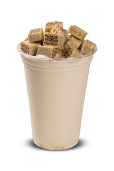 Milk shake avec des morceaux de chocolat. fond blanc