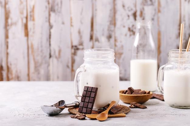 Milk-shake à la vanille servi avec du chocolat sur fond de texture blanche