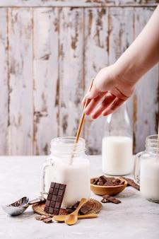 Milk-shake à La Vanille Servi Avec Du Chocolat Sur Fond De Texture Blanche Photo Premium