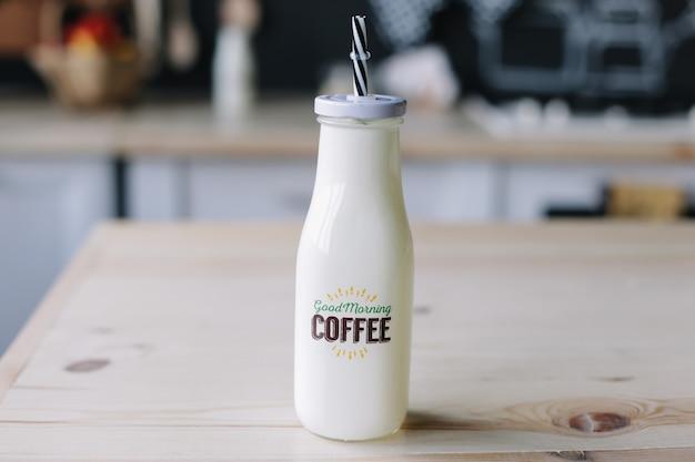 Milkshake au café dans une bouteille en verre le petit déjeuner du matin