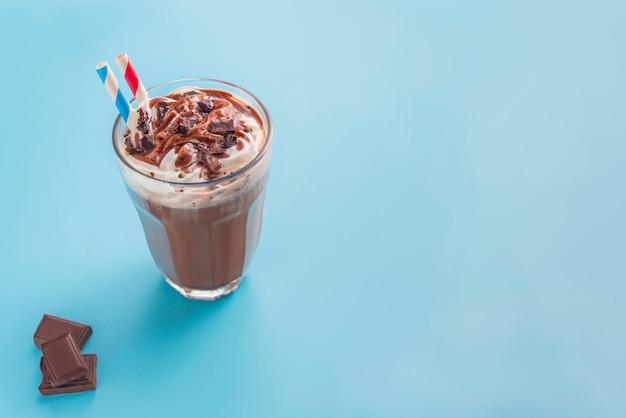 Milkshake au chocolat en fond bleu