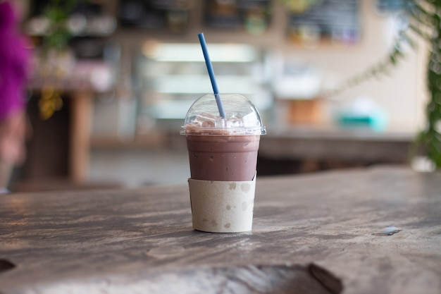 Milkshake au chocolat glacé, boissons rafraîchissantes estivales
