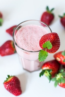Milkshake aux fraises à la menthe sur fond blanc