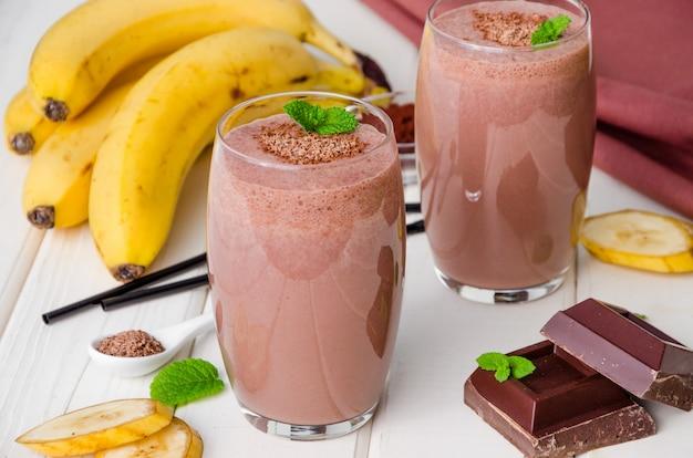 Milkshake à la banane au chocolat (smoothie). boisson froide d'été.