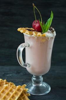 Milkshake à la cerise avec glace et crème fouettée
