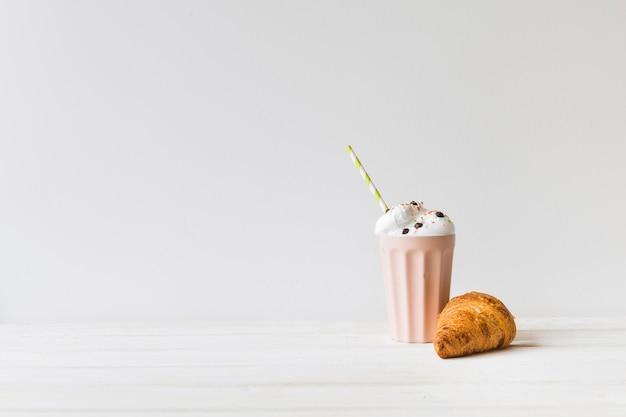 Milkshake et croissant