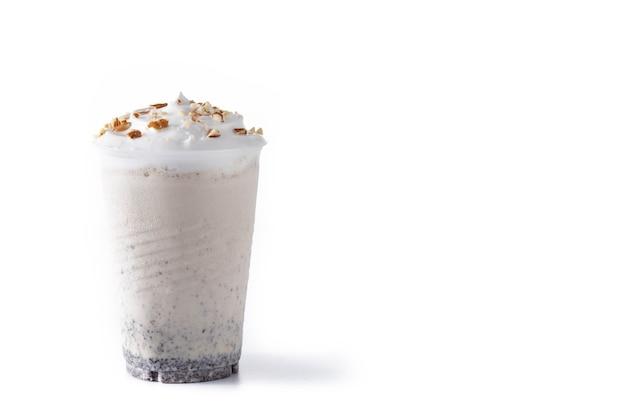 Milkshake glacé au chocolat blanc, vanille et noix isolated on white
