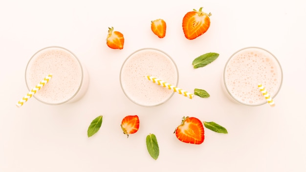 Milkshakes avec demi-fraises et menthe poivrée