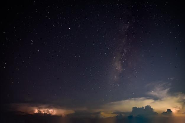 Milkyway et lightning sky la nuit