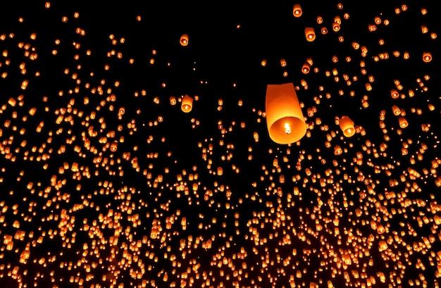 Mille lanternes dans le ciel lors du festival de loy krathong, chiang mai, thaïlande