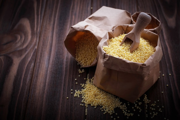 Millet grain dans des sacs en papier