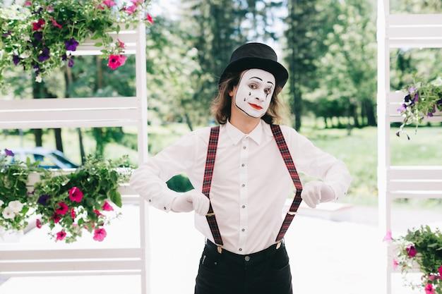 Mime posant dans un parc