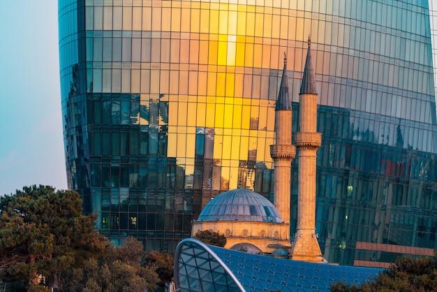 Minarets d'une mosquée dans le parc des hautes terres de la ville de bakou