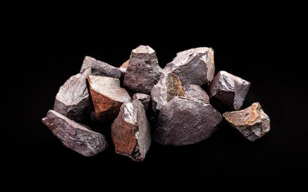 Minerai de fer utilisé dans l'industrie métallurgique et la construction civile, concept d'extraction minérale