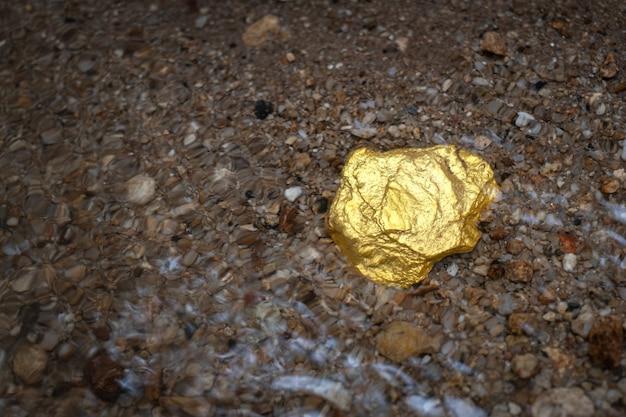 Minerai de pépite d'or pur trouvé dans la mine avec des sources sous-marines naturelles