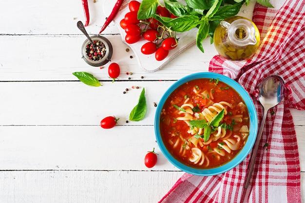 Minestrone, soupe de légumes italienne aux pâtes. soupe aux tomates. nourriture végétalienne. vue de dessus. mise à plat.
